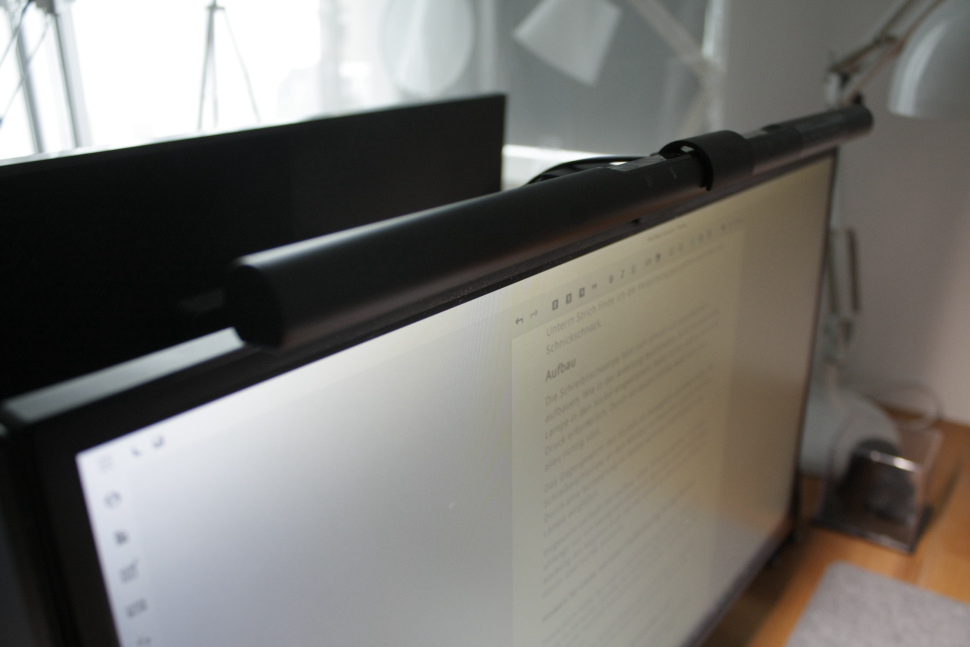 Die BenQ Screenbar klemmt am oberen Rand eines Monitors.